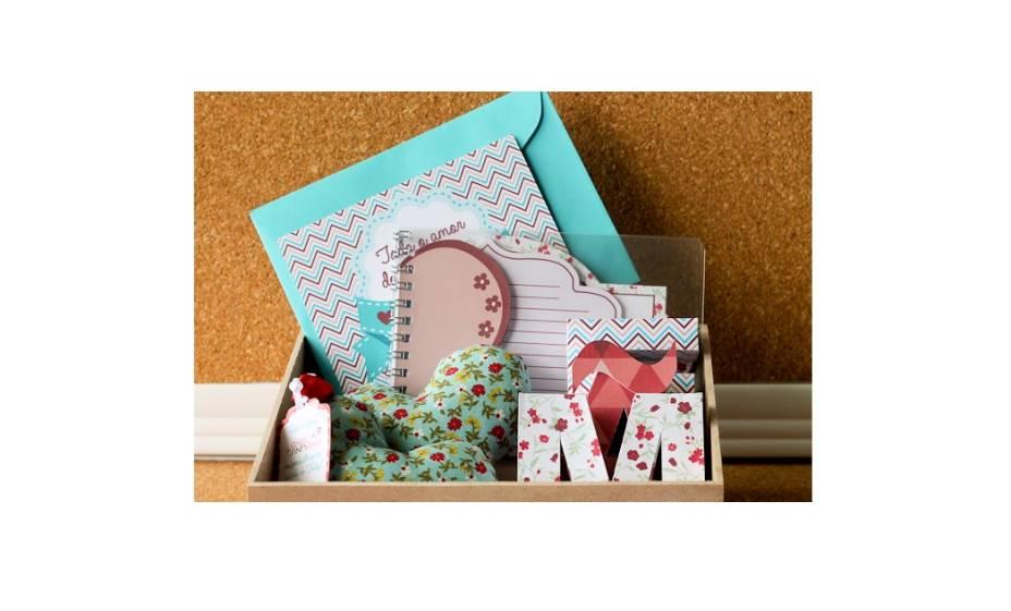 Kit com bloquinho de anotações, sachês perfumados,cartão com envelope e fecho em relevo e caixinhas de papel formando a palavra MÃE. R$ 36,90.Tuty – Arte & Mimos. www.tuty.com.br
