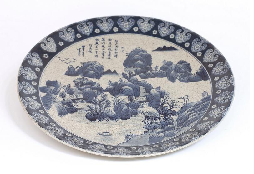 Prato para decoração em porcelana chinesa. R$ 259,00. Casa Tavares. Rua da Consolação, 3212, Jardins. Tel.: 3064-0970.