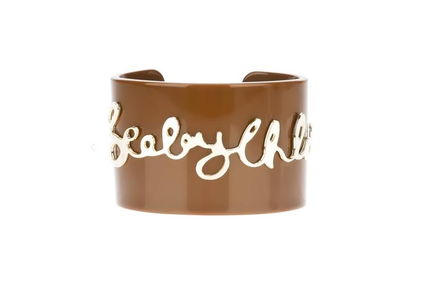 Bracelete em acrílico. R$ 450,00. See by Chloé para Farfetch. www.farfetch.com.br