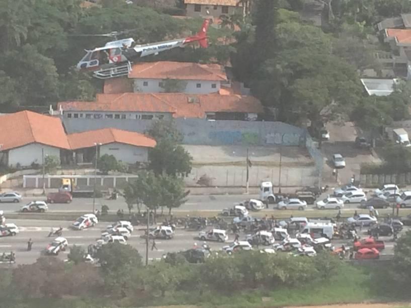 O helicóptero Águia da Polícia Militar também auxiliou na operação