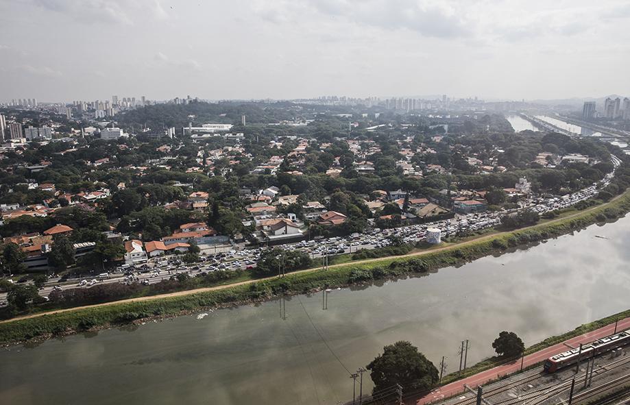Por causa da perseguição policial a pista da Marginal PInheiros sentido Interlagos ficou totalmente interditada