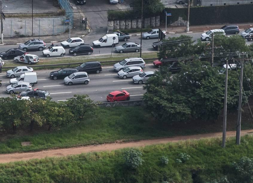 Perseguição policial terminou em tiroteio na Avenida das Nações Unidas nesta quarta-feira (21)