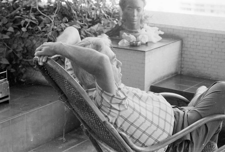 Rubem Braga descansa na varanda de sua cobertura, em Ipanema