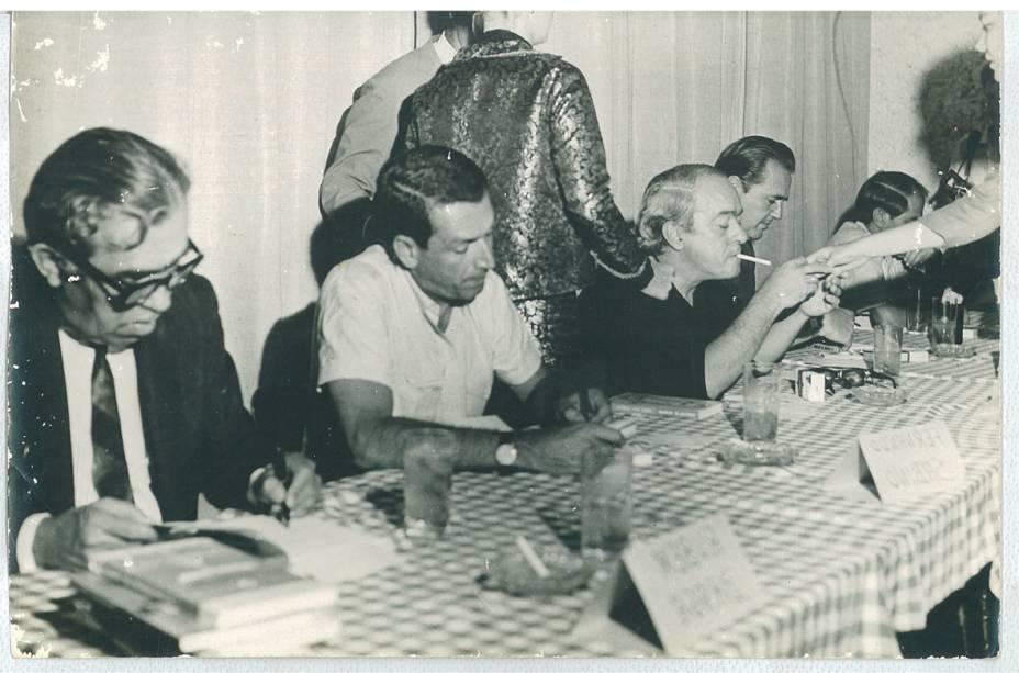 Vinicius de Moraes, Fernando Sabino e Rubem Braga autografam livros em Vitória