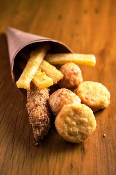 O fritti misto é uma porçãozinha que reúne tempurá, polenta, croquete e arancini