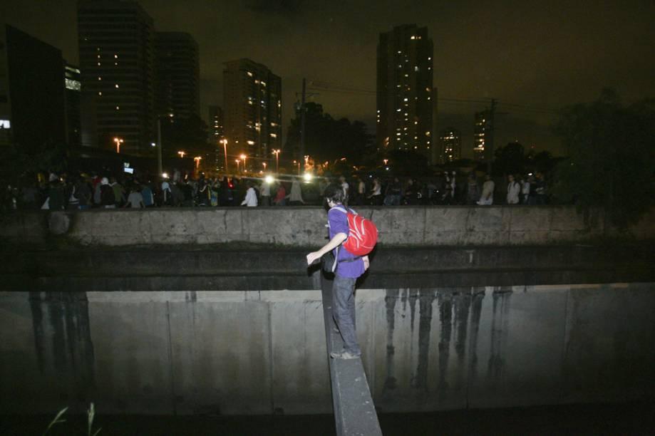 Manifestante se arrisca em ponte