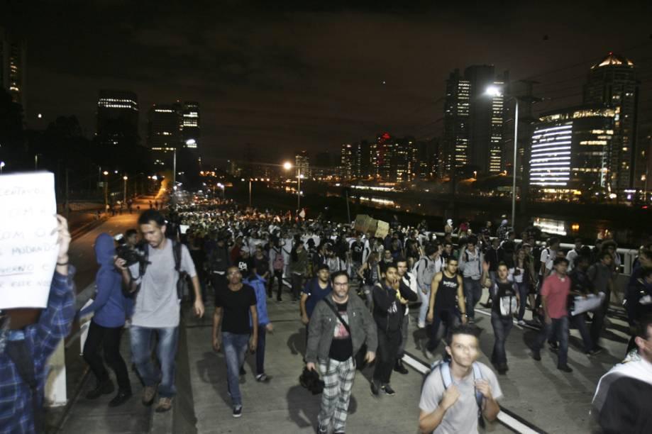 Manifestantes chegam a Ponte Estaiada