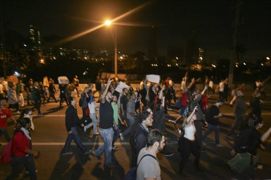 """Manifestantes gritavam """"vem pra rua vem, contra o aumento"""" a todo instante"""