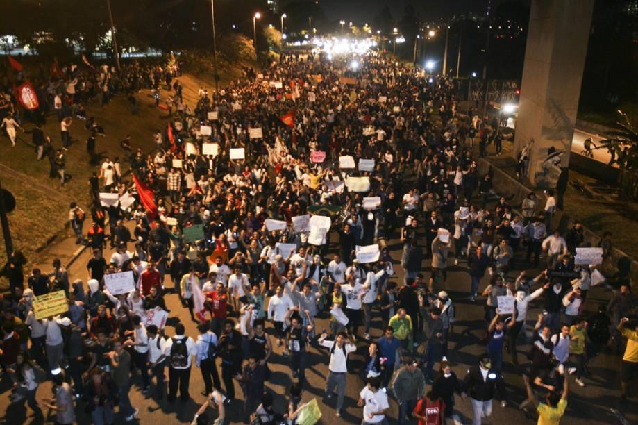 Os motoristas que estavam na Marginal Pinheiros tiveram que seguir a manifestação atrás do grupo