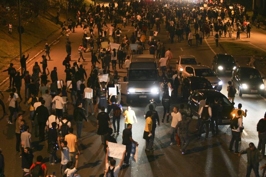 Motoristas foram convidados a deixarem os carros para participar da manifestação