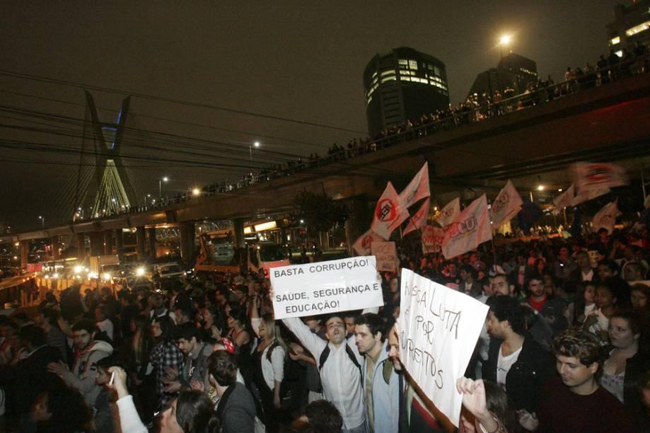 Os manifestantes saíram da Estaiada em direção ao Palácio do Governo