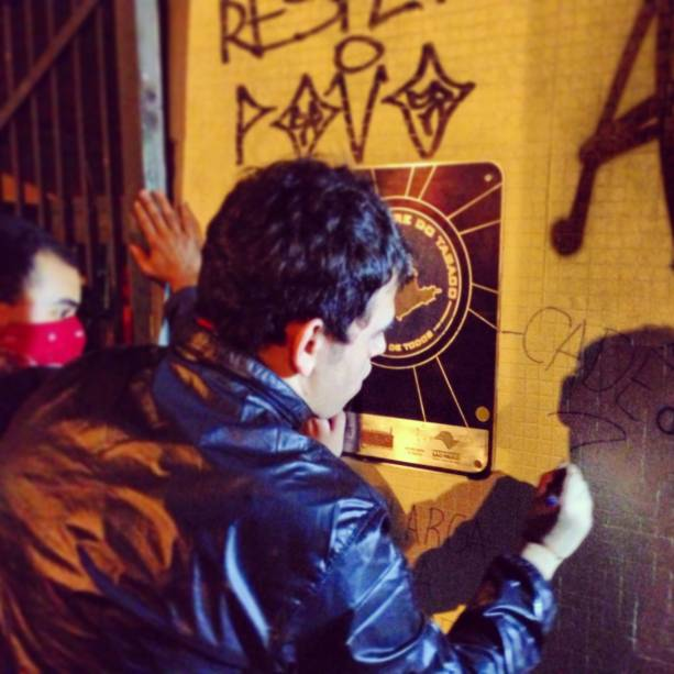 Manifestante picha muro do Palácio dos Bandeirantes