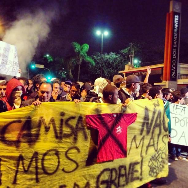Manifestantes marcham em direção ao Palácio dos Bandeirantes