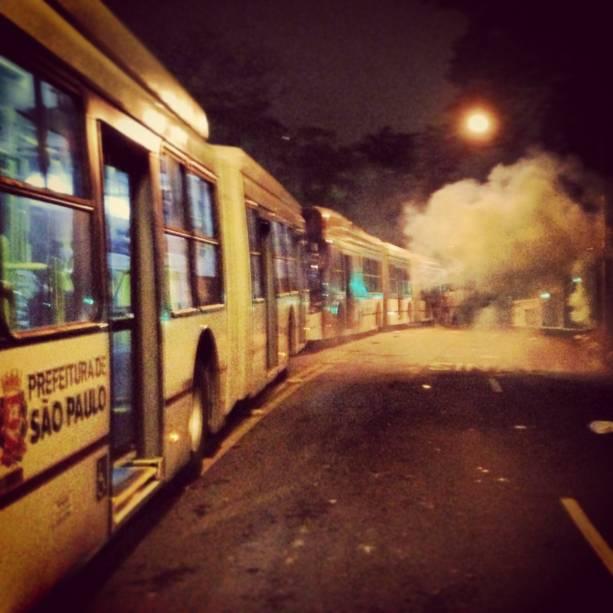 Gás lacrimogêneo lançado em frente ao Palácio dos Bandeirantes