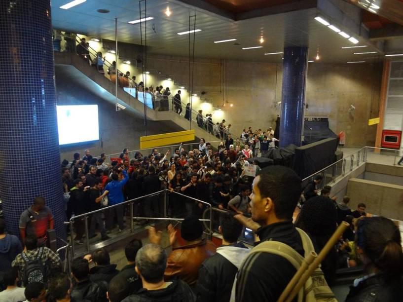 Manifestantes dentro do metrô Pinheiros cantavam brados e hino nacional