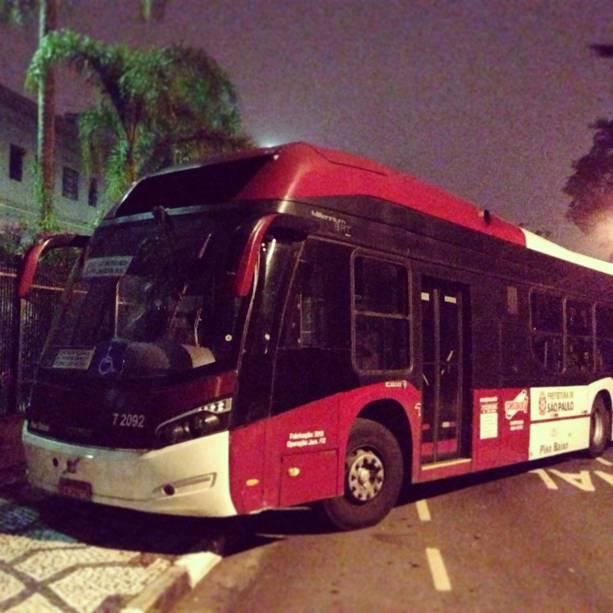 Ônibus usado como barricada próximo ao portão 2 do Palácio dos Bandeirantes