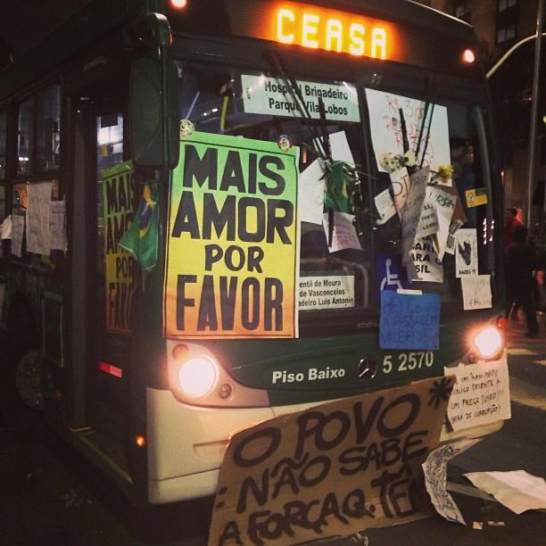 Manifestantes cobriram ônibus com cartazes