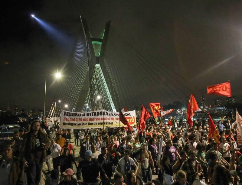 21h04: Manifestantes ocupam a Ponte Estaiada