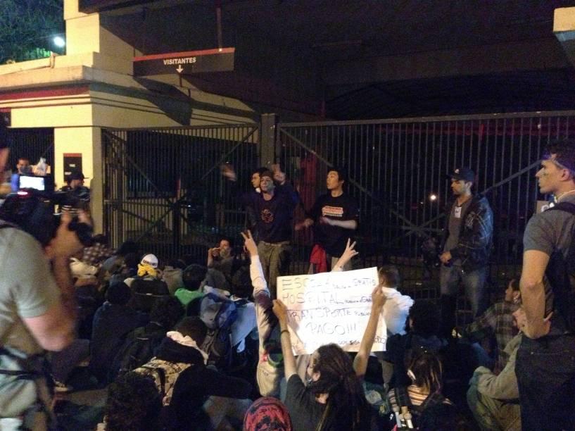 Manifestantes em frente a um dos portões do Palácio dos Bandeirantes