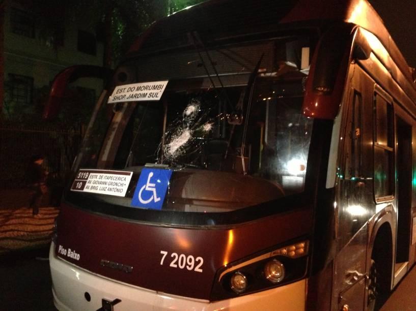 Vidro de ônibus é quebrado durante confronto no Palácio dos Bandeirantes
