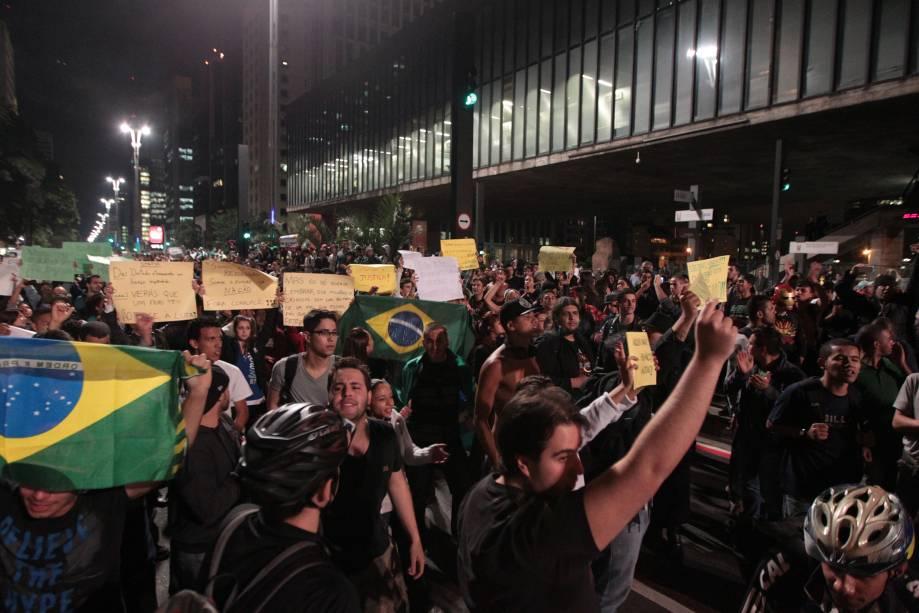 Manifestantes ocupam a Avenida Paulista, em frente ao Masp