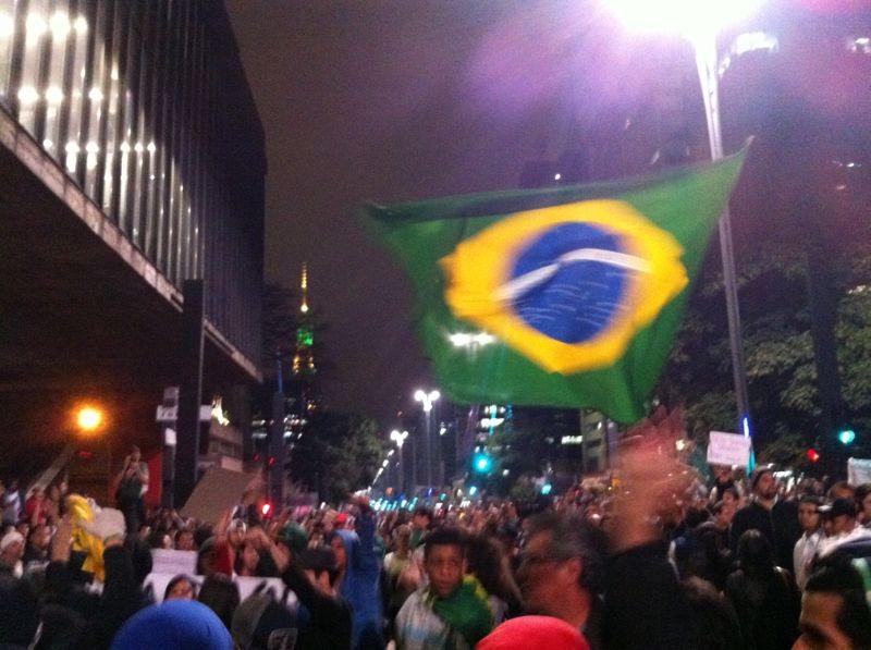 20h30: manifestantes fecham a av. Paulista e se reúnem no vão do Masp