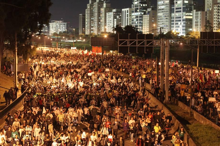 Manifestantes ocupam a Marginal Pinheiros no quinto dia de manifestações