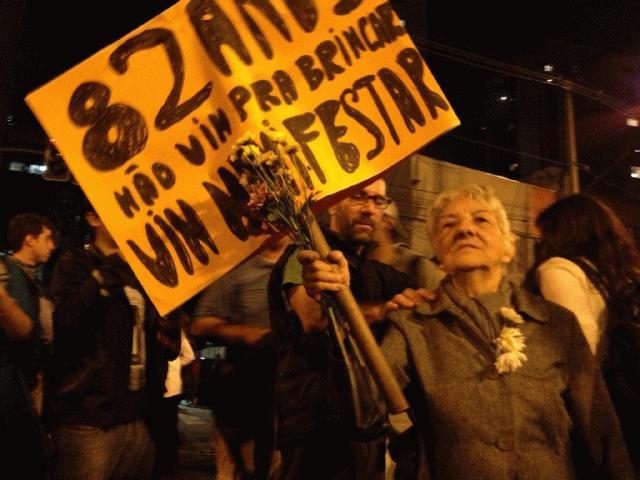 Manifestante durante protestos na Avenida Brigadeiro Faria Lima na segunda (17)