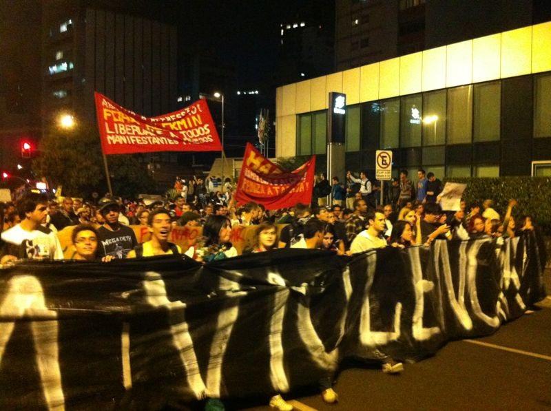 Manifestantes caminham na av. Faria Lima