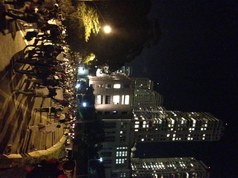 19h54: manifestantes caminham pela Marginal Pinheiros em direção à Ponte Estaiada
