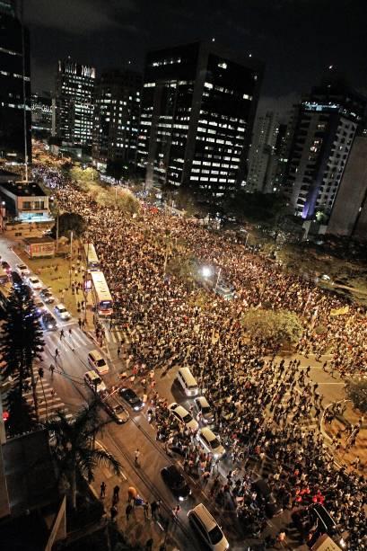 Manifestantes ocupam diversas vias de São Paulo para protestar contra o reajuste do transporte público