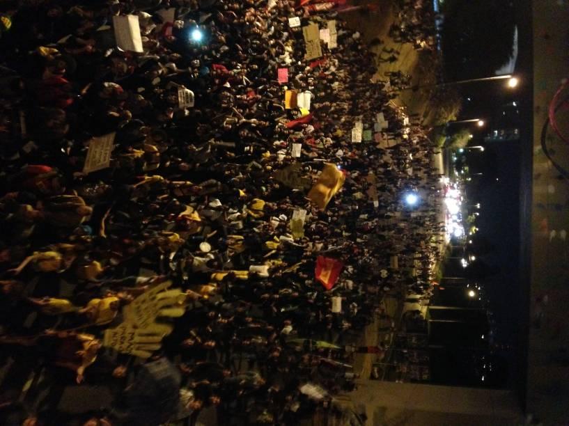 18h52: manifestantes entram na Marginal Pinheiros