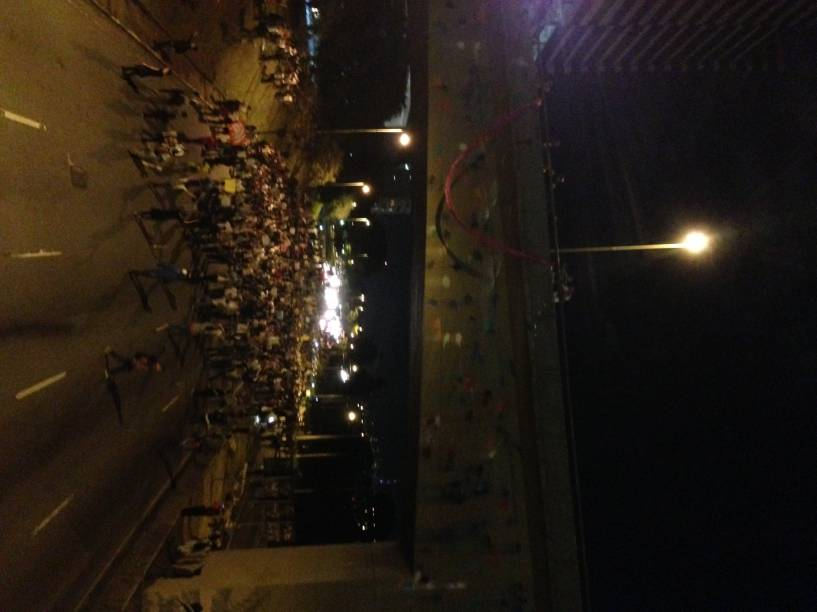 18h 47: manifestantes entram na Marginal Pinheiros