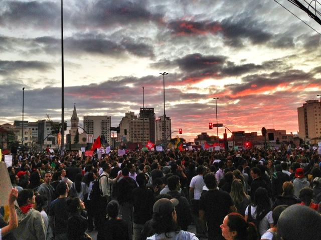 Manifestantes na Avenida Faria Lima: estimativa é de que pelo menos 30 000 pessoas estejam nas ruas