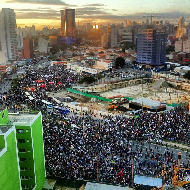 17h 52: foto do alto de um prédio mostra os manifestantes reunidos no Largo da Batata