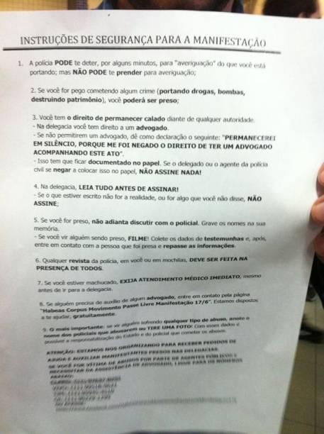 17h51: manifestantes entregam panfletos de como proceder em caso de abordagem da Polícia Militar