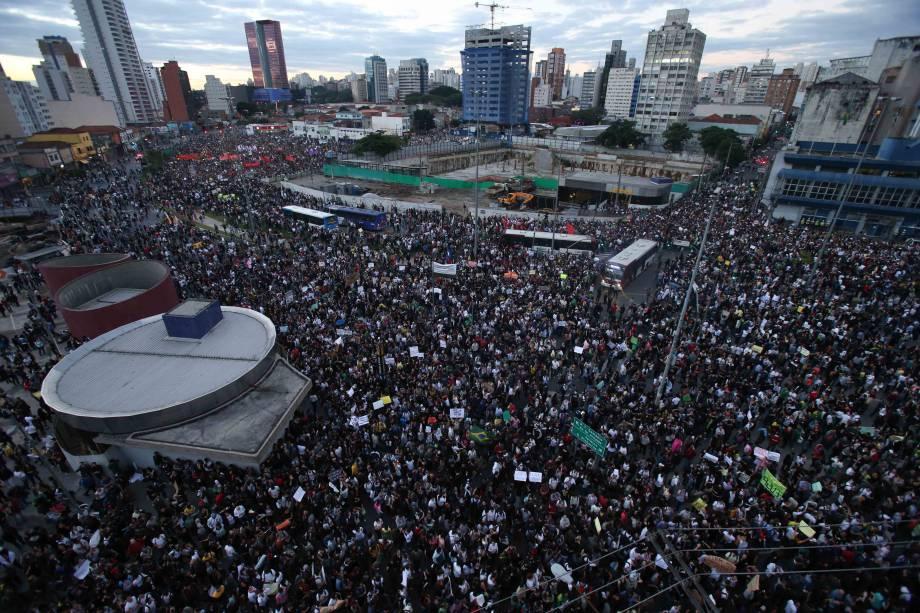 17h45: Cerca de 30 000 pessoas se reúnem no Largo da Batata nesta segunda