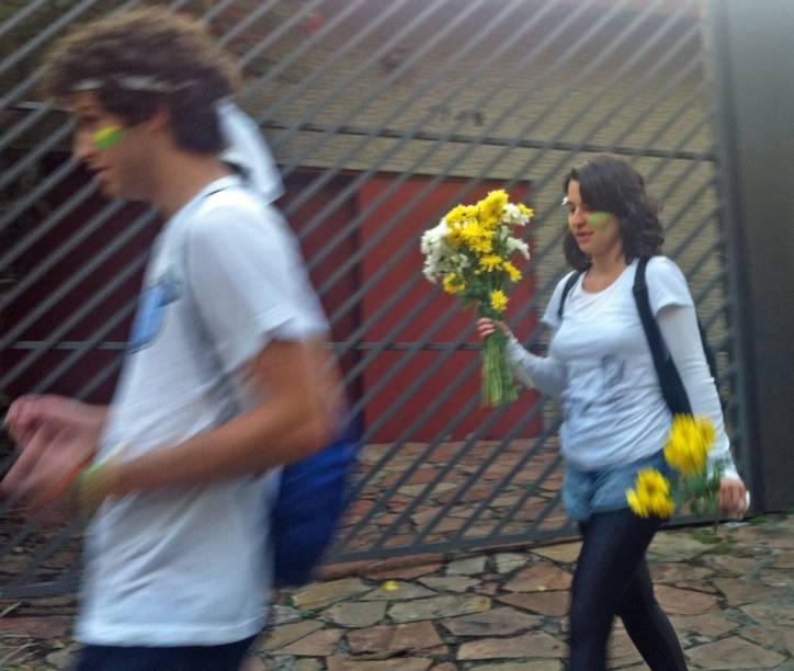 17h45: Moça carrega flores em Pinheiros, perto do Largo da Batata, para a manifestação