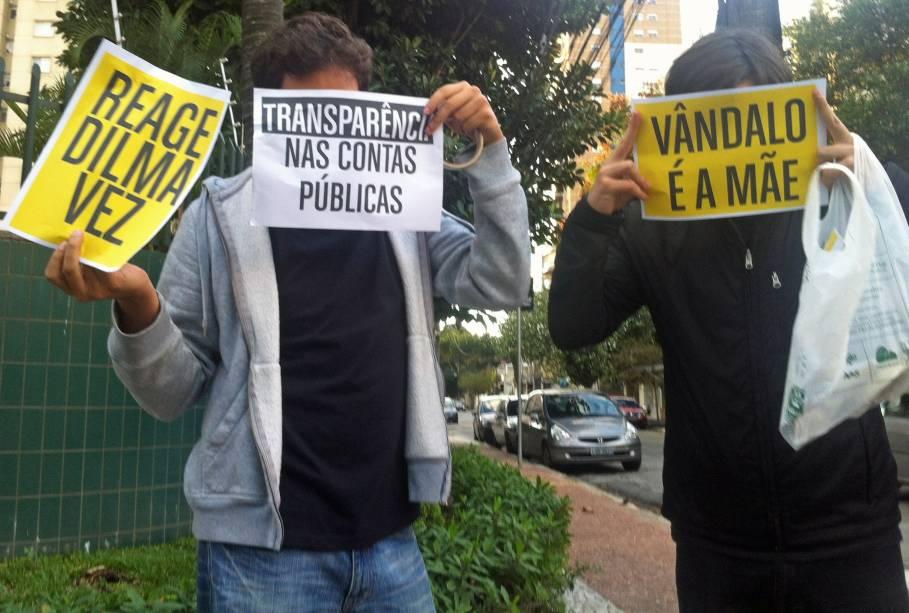 17h 45: Rapazes carregam cartazes de protesto em Pinheiros, perto do Largo da Batata