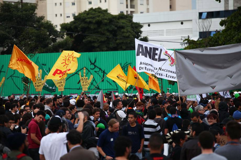 17h25: manifestantes no Largo da Batata