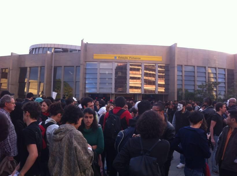 17h02: movimento na estação Pinheiros do Metrô