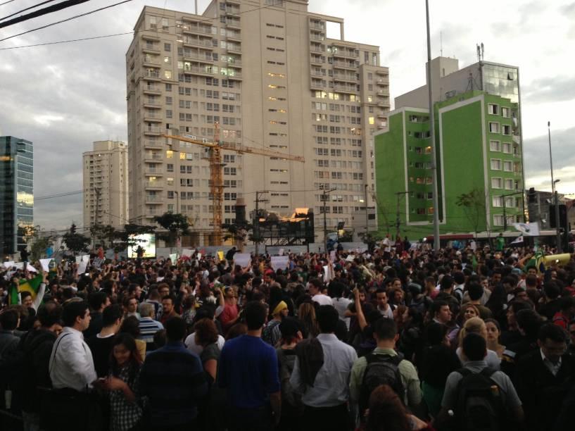 17h: manifestantes reunidos no Largo da Batata