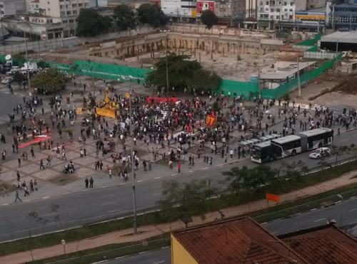 16h40: Manifestantes começam a ocupar o Largo do Batata para o protesto desta segunda (17)