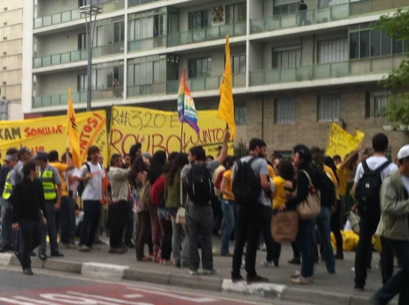 Protesto contra aumento da tarifa de ônibus: Manifestantes se organizam na Praça do Ciclista nesta terça-feira (11)