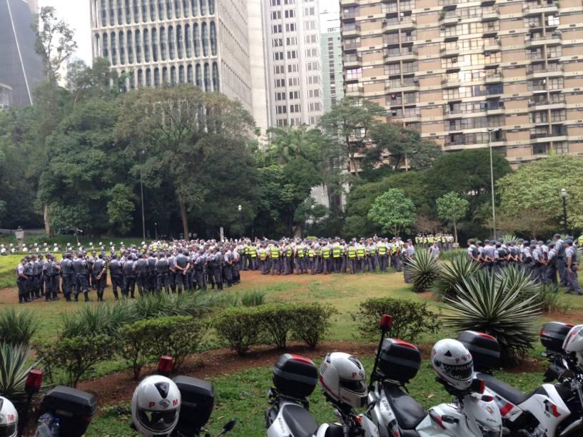 Protesto contra aumento da tarifa de ônibus: Policiais militares reunidos no Parque Trianon para acompanhar a manifestação