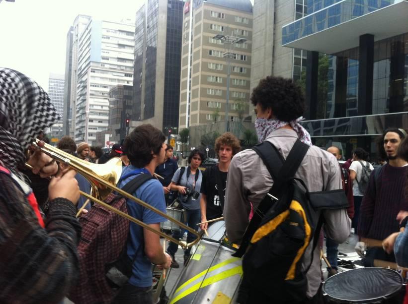 Protesto contra aumento da tarifa de ônibus: banda formada por estudantes se preparar para a manifestação contra o aumento das tarifas do transporte público