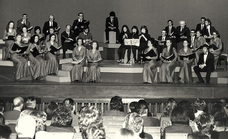 Apresentação de coral em1973: centro de debates e de cultura