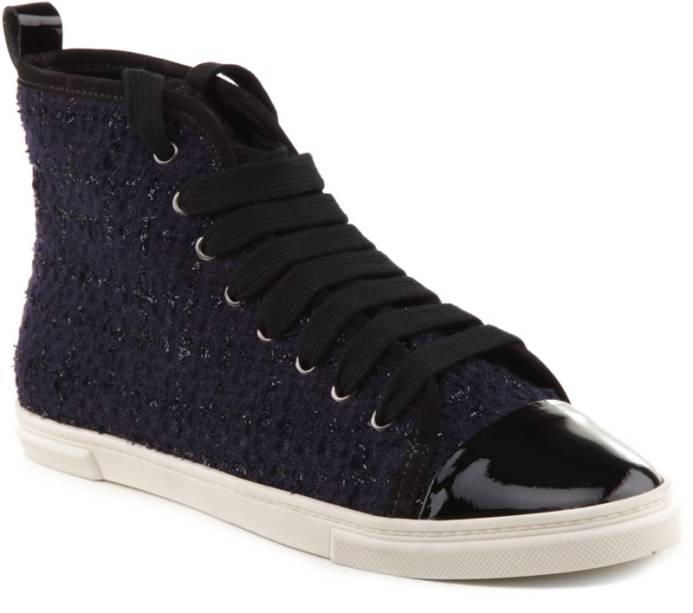 Sneaker com tweed preto e verniz, R$ 350,00, da Schutz, tel.3152-6020