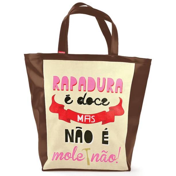 """Bolsa Como Dizia Minha Vó, R$ 89,00, da <a href=""""http://www.designnmaniaa.com.br/siteNovo/"""" rel=""""Design Mania"""" target=""""_blank"""">Design Mania</a>"""