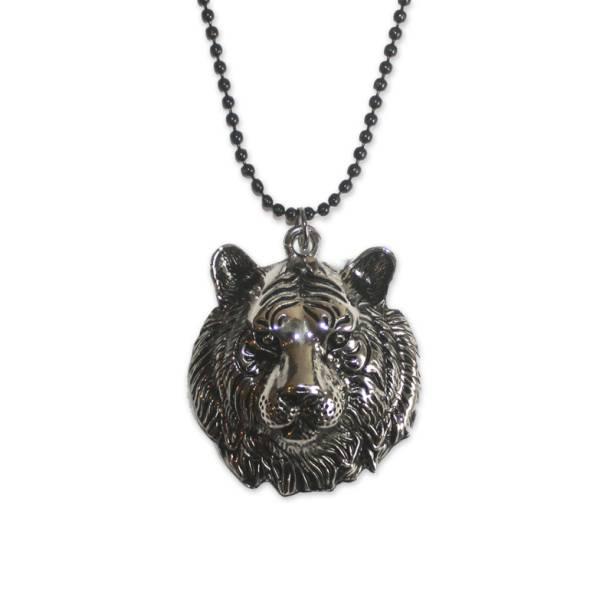 """Colar de metal com pingente de tigre, R$ 39,00, na <a href=""""http://universoonassis.com/"""" rel=""""Universo Onassis"""" target=""""_blank"""">Universo Onassis</a>"""